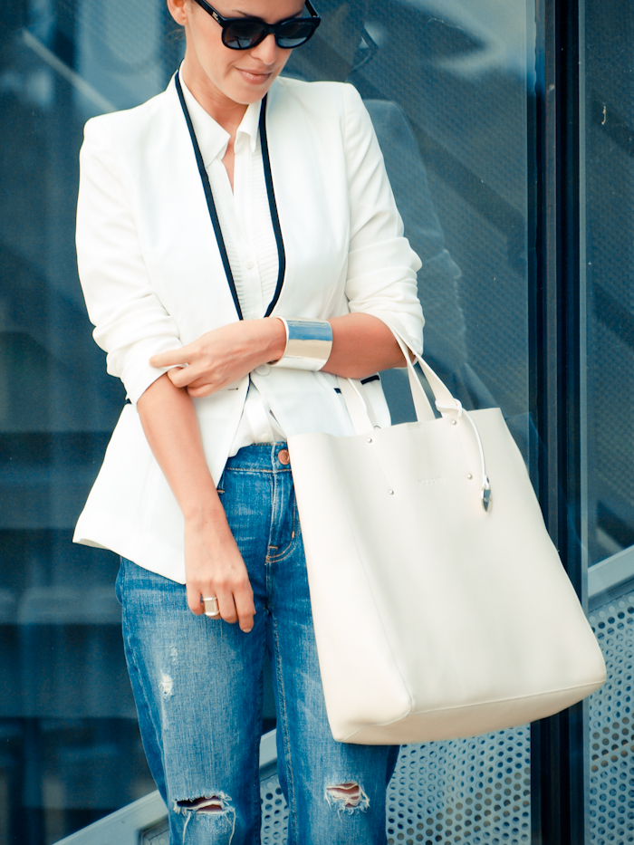 bittersweet colours, street style, colors, fashion trends, white shirt , white blazer, leopard print pumps, boyfriend jeans, blue jeans,