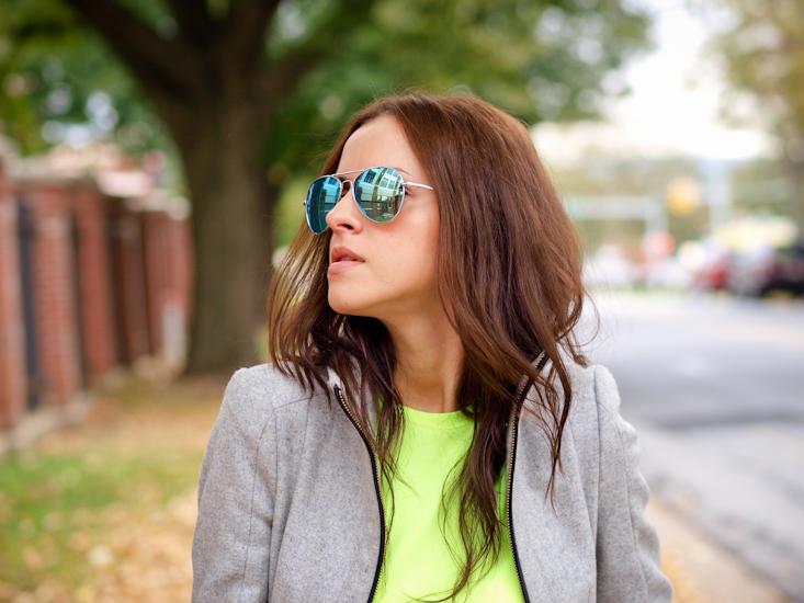 bittersweet colours, sporty trend, nike sneakers, sneakers trend, casual look, street style, grey coat, mirrored sunglasses,