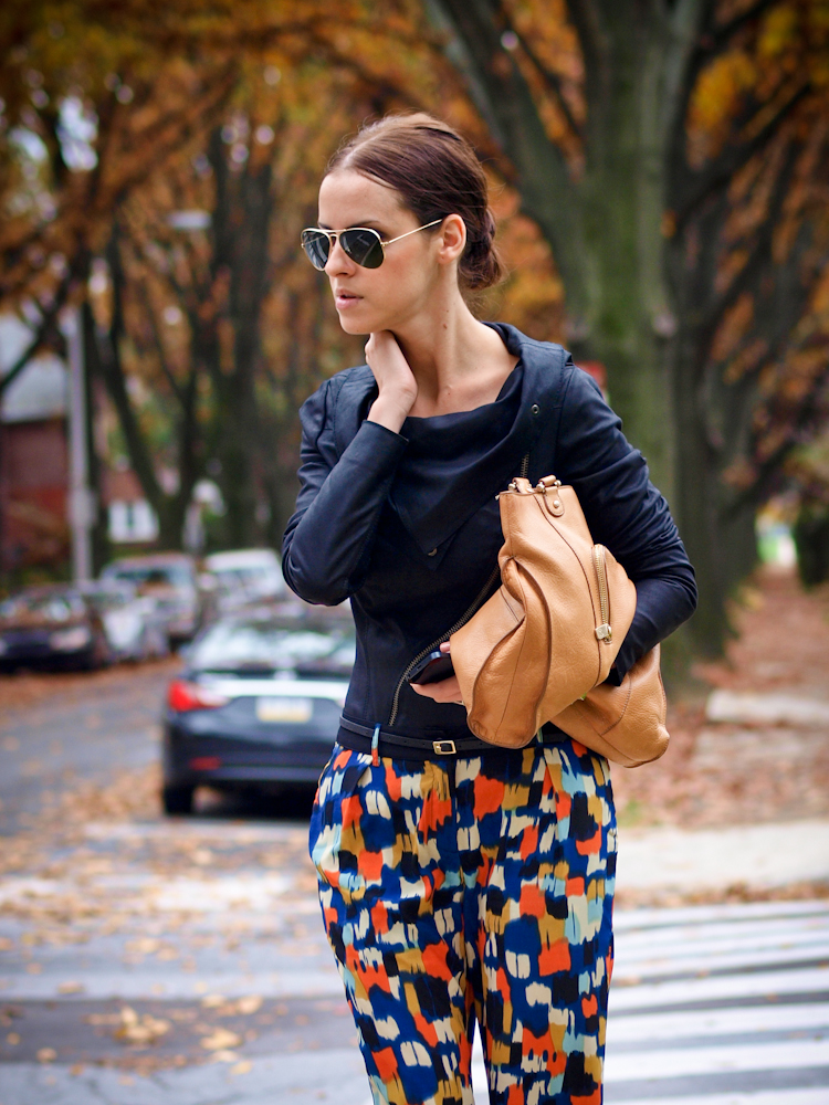 bittersweet colours, fall street style, street style, fall trends, leather jacket, ray ban, printed pants,
